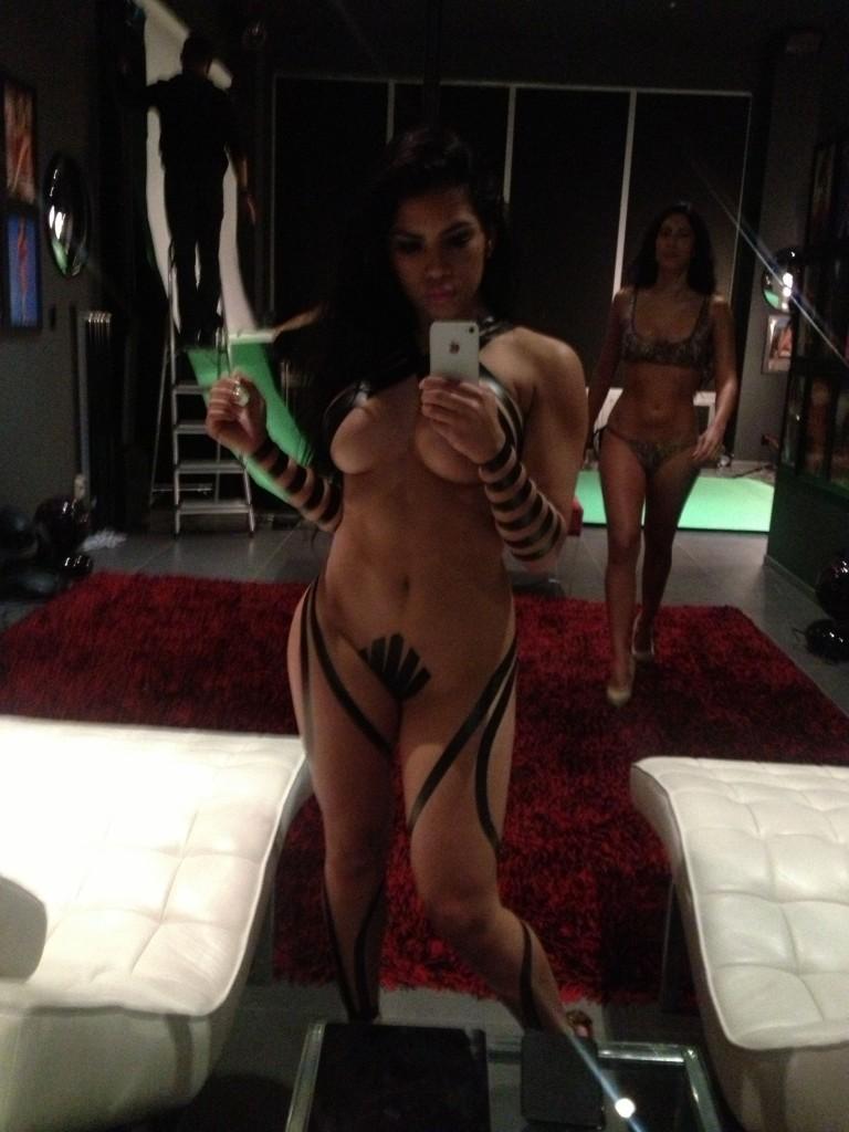 Les photos volées de la star Elizabeth Ruiz nue et seins nus