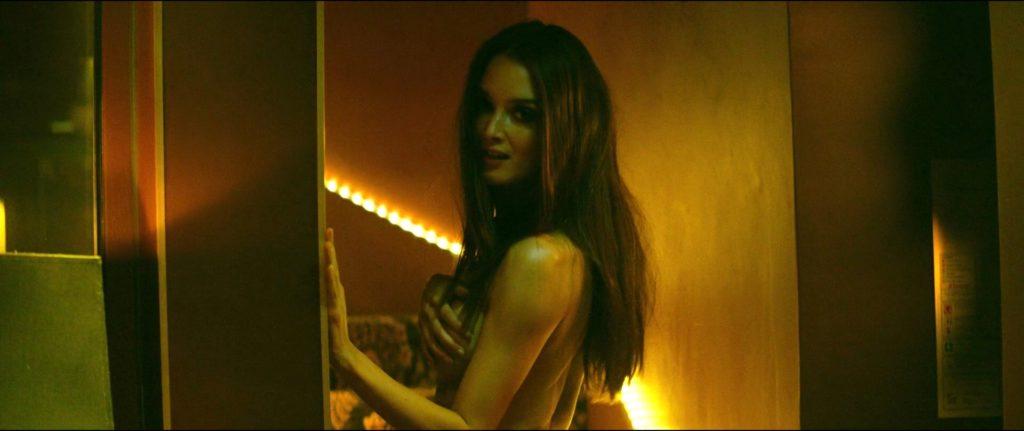 Des photos de Charlotte Le Bon nue dans le film Iris