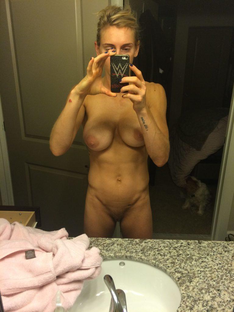 Toutes les photos volées de Charlotte Flair nue et seins nus