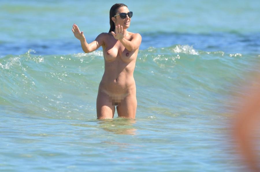 Des photos de Eve Angeli toute nue sur la plage