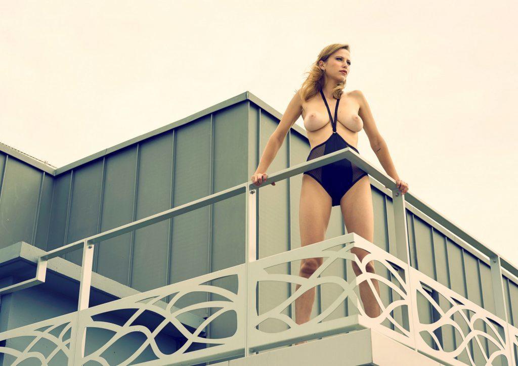 Des photos de la française Coline Aulagnier nue et seins nus