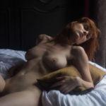 Des photos de la française Leslie Sauvage nue et seins nus