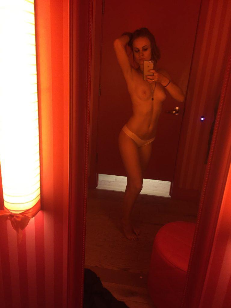 Toutes les photos volées de Mackenzie Lintz nue et seins nus