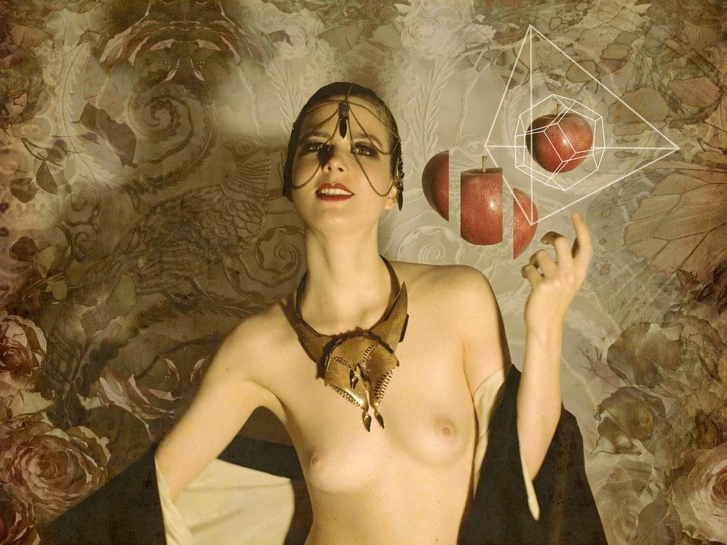 Des photos de la chanteuse Clémence Quélennec nue et seins nus