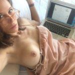 Toutes les photos volées de Rhona Mitra nue et seins nus