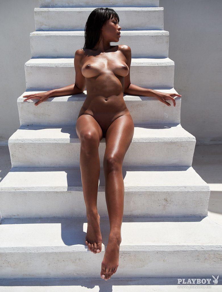 Des photos du top model Thanh Nhan nue et seins nus