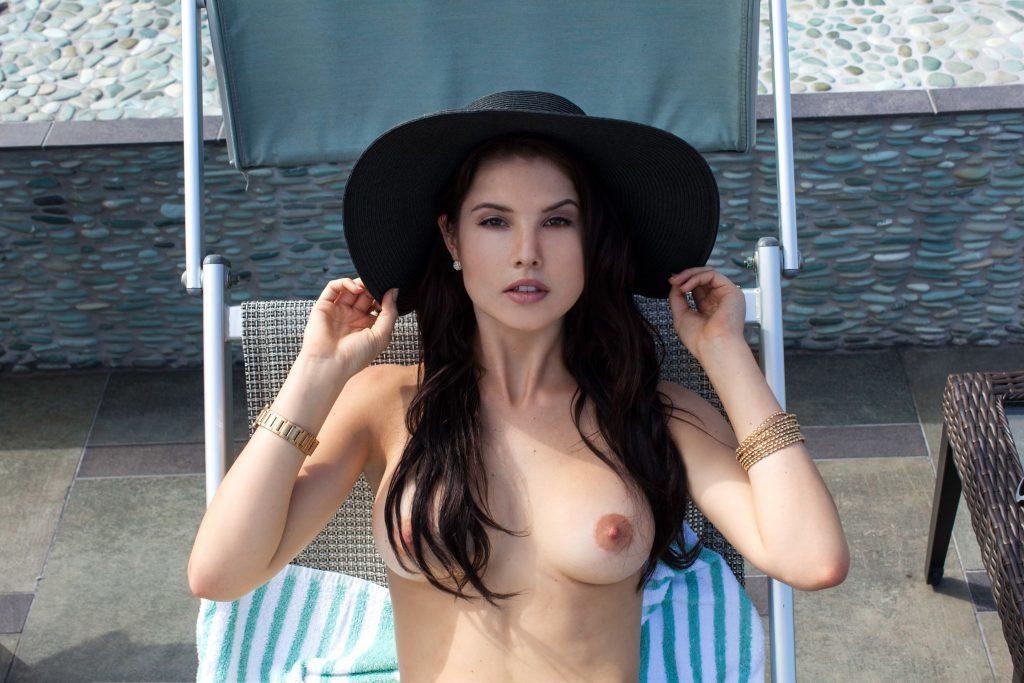 Des photos de Amanda Cerny nue et seins nus