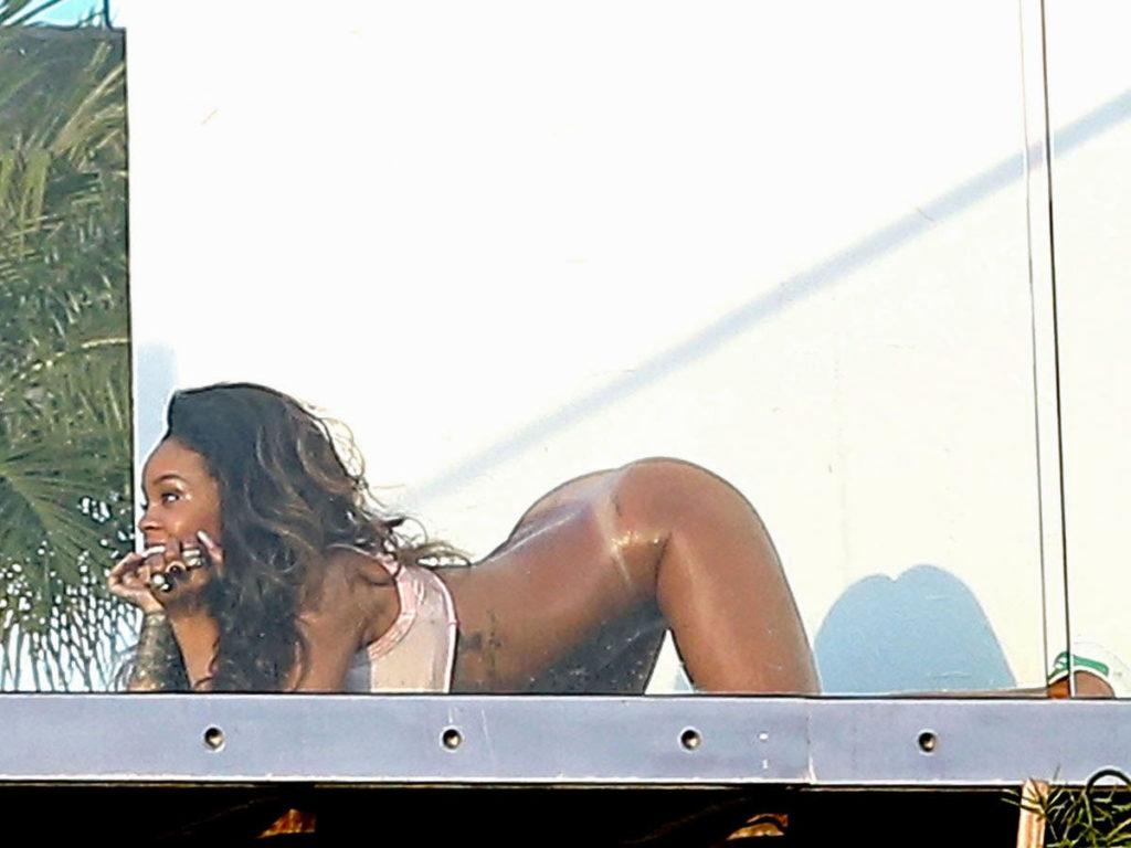 Des photos de Rihanna nue sur un balcon