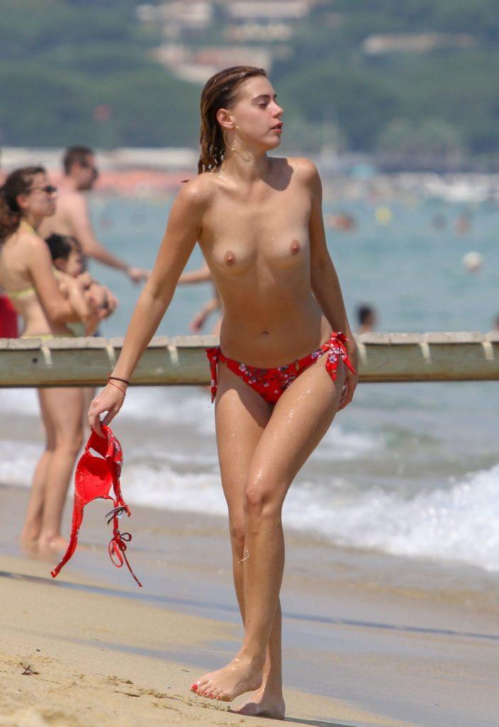Des photos de Barbara Opsomer seins nus à la plage
