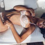 Des photos de Raven Lyn nue et seins nus
