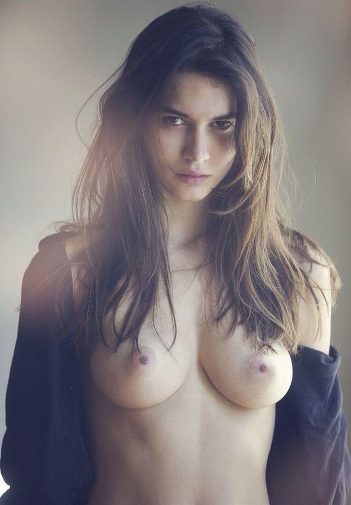 Des photos de Karol Jaramillo nue et seins nus