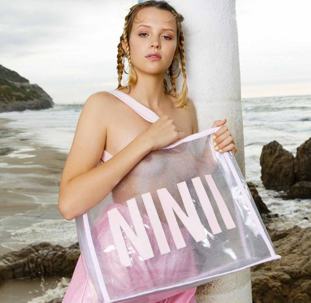 Des photos de Angèle nue et seins nus